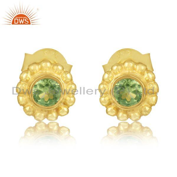 Handmade textured studs in yellow gold on silver 925 with peridot