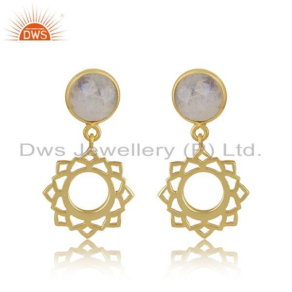 Chakra earring in yellow gold on silver with rainbow moonstone
