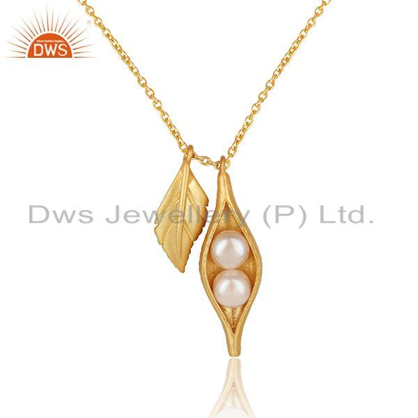 Seedpod leaf charm pearl necklace in yellow gold on silver 925