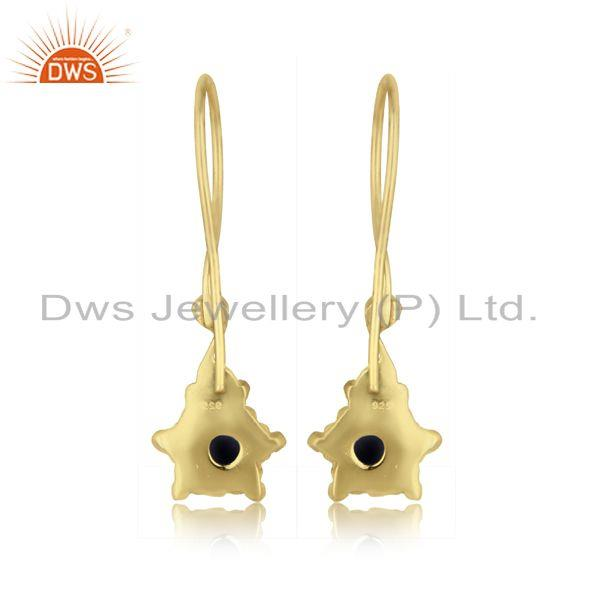 Designer of Handmade earring in yellow gold over silver and blue sapphire